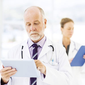 Doctor con tablet